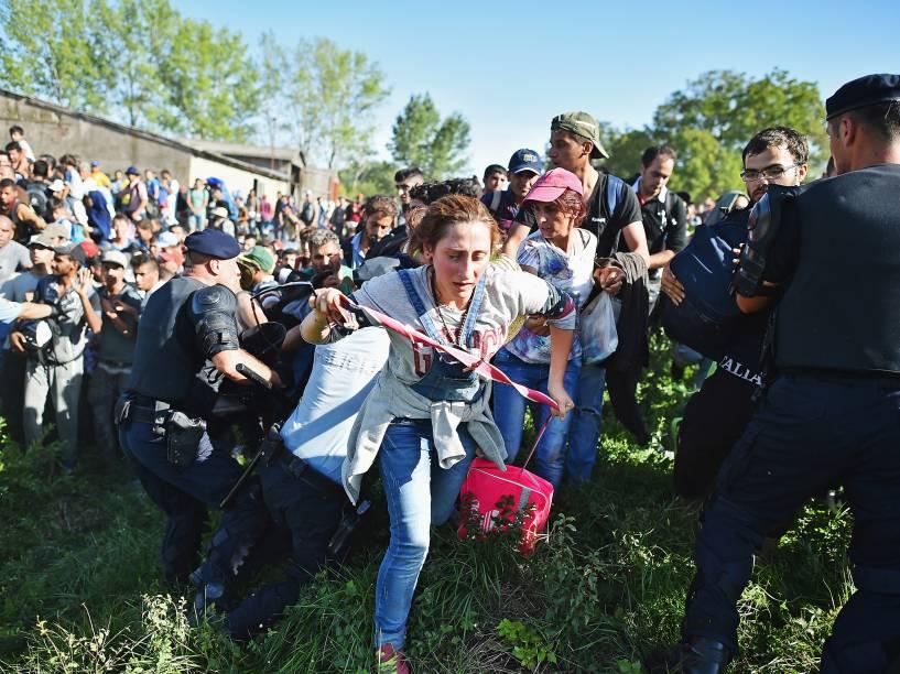 Refugiados forçam a passagem através dos bloqueio da polícia na estação de Tovarnik na tentativa de embarcar em um trem com destino a Zagreb, na Croácia - 17/09/2015