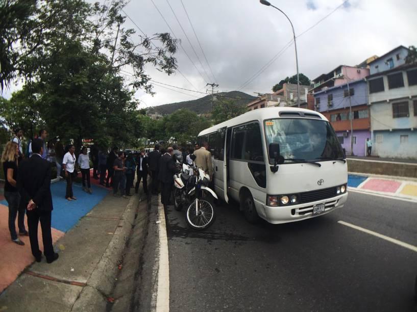 Ônibus com a comitiva de senadores brasileiros durante visita em apoio aos líderes oposicionistas da Venezuela