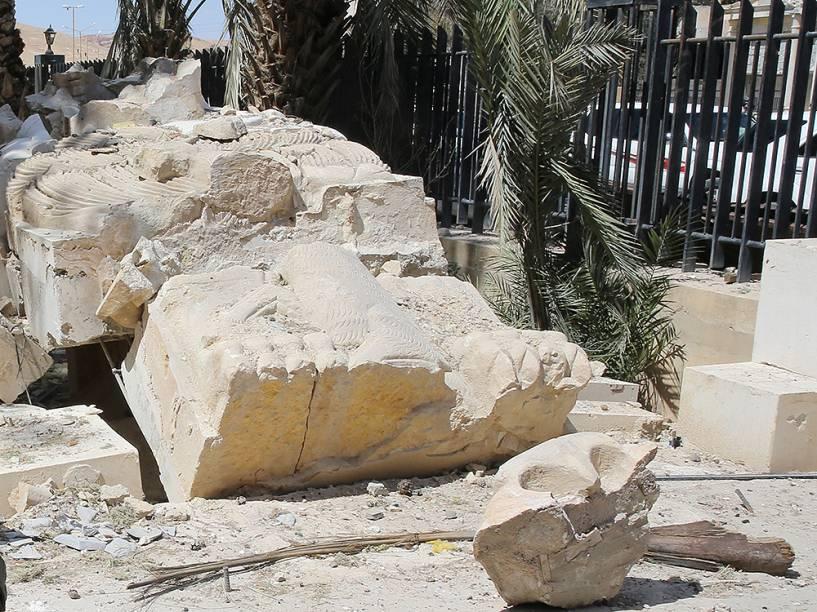 A estátua do Leão de Alat, destruída após os ataques do grupo Estado Islâmico, na região de Palmira, na Síria - 31/03/2016