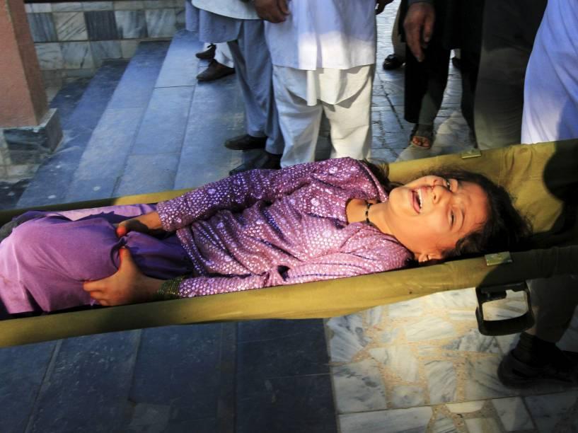 Equipes de resgate carregam uma menina ferida após um terremoto, em um hospital de Jalalabad, no Afeganistão - 26/10/2015