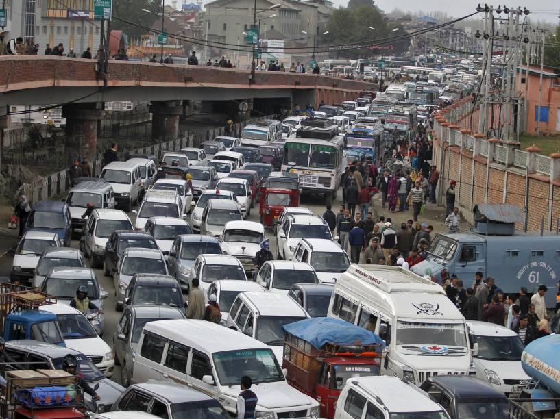 Centenas de veículos formam um grande congestionamento após o fechamento de um viaduto por medidas cautelares na sequência de um terremoto em Srinagar, na Índia - 26/10/2015