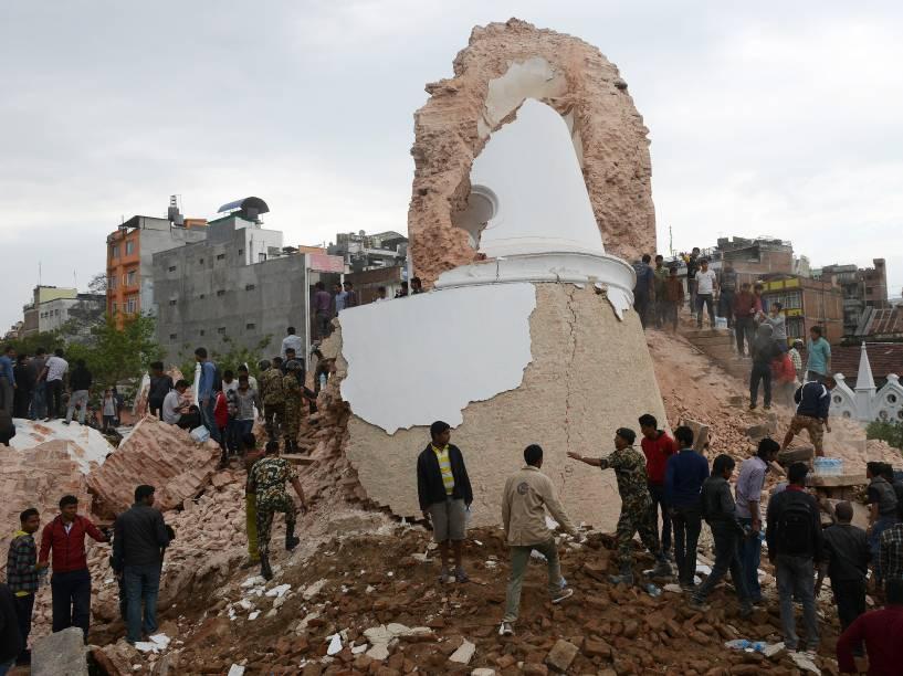 Equipes de resgate e curiosos se reúnem em torno da torre Darahara que desmoronou com o terremoto em Katmandu, Nepal - 25/04/2015