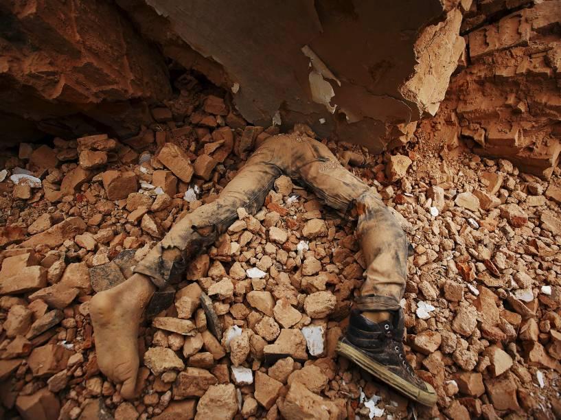 Corpo de uma vítima fica preso nos escombros após o terremoto, em Katmandu, Nepal - 25/04/2015