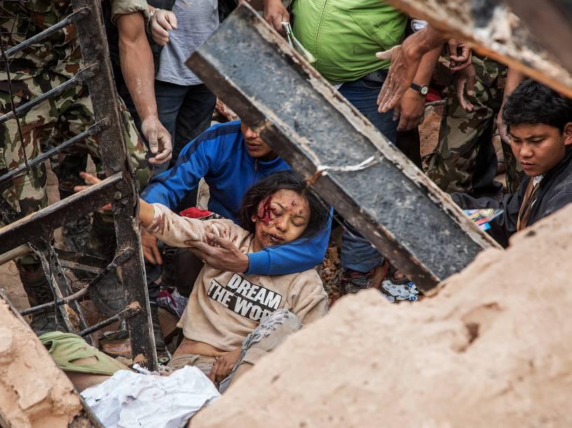 Sobrevivente é retirada dos escombros da torre Dharara que desmoronou após o terremoto em Katmandu, Nepal - 25/04/2015