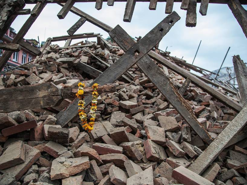 Flores são deixadas sobres os escombros de um edifício que desabou próximo à Praça Durbar após o terremoto em Katmandu, Nepal - 25/04/2015