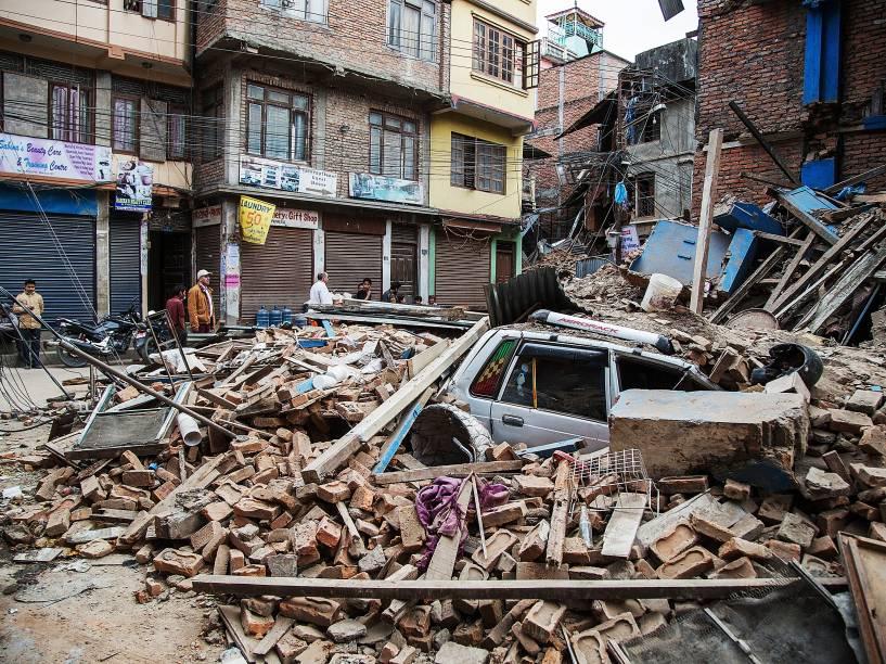Um táxi ficou sob os escombros de um edifício que desabou em Thamel após o terremoto em Katmandu, Nepal - 25/04/2015