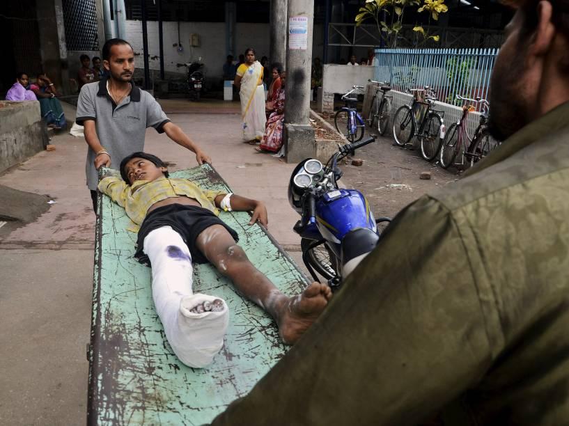 Menino ferido é levado para um hospital, após um terremoto em Siliguri, na Índia - 25/04/2015