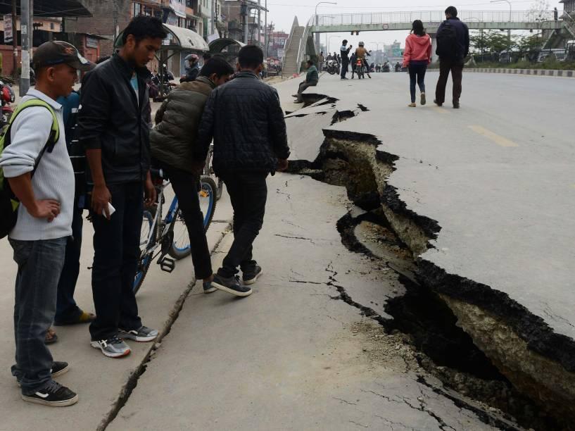Pessoas observam as rachaduras em uma estrada causadas pelo terremoto Katmandu, Nepal - 26/04/2015