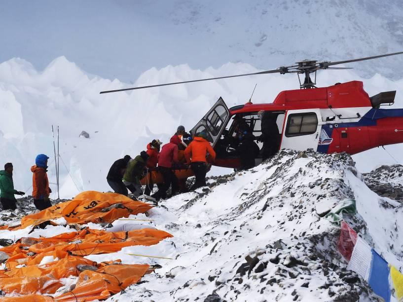 Equipes de resgate retiram de helicóptero pessoas feridas no acampamento-base do Monte Everest após avalanche provocada pelo terromoto - 26/04/2015