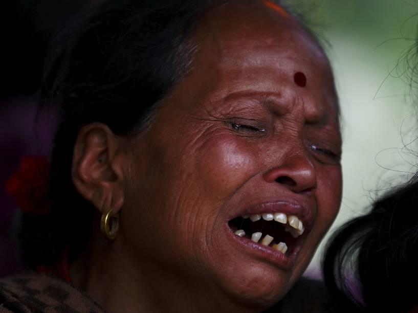 Mulher chora a morte de um membro da família vítima do terremoto em Bhaktapur, Nepal - 26/04/2015