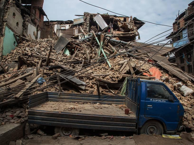 Caminhão fica coberto de escombros após o desabamento de um edifício em decorrência do terremoto em Bhaktapur, Nepal