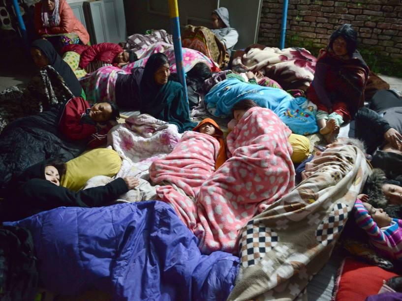 Nepaleses tentam dormir em uma área aberta após o terremoto em Katmandu - 26/04/2015