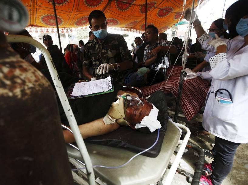 Montanhista nepalês é tratado do lado de fora de um hospital em Katmandu, depois de ser resgatado da avalanche desencadeada pelo terremoto no Monte Everest - 26/04/2015