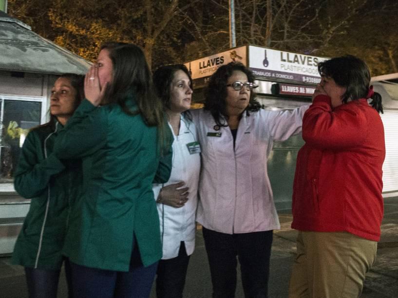 Mulheres permanecem em uma rua em Santiago durante terremoto de magnitude 8,3 que atingiu o centro do Chile - 16/09/2015