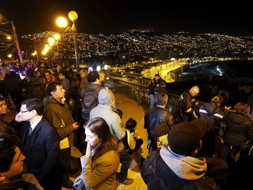 Pessoas observam o mar a partir do Cerro Baron, na cidade de Valparaíso durante um alerta de tsunami após um terremoto de magnitude 8,3 que atingiu a costa do Chile - 16/09/2015