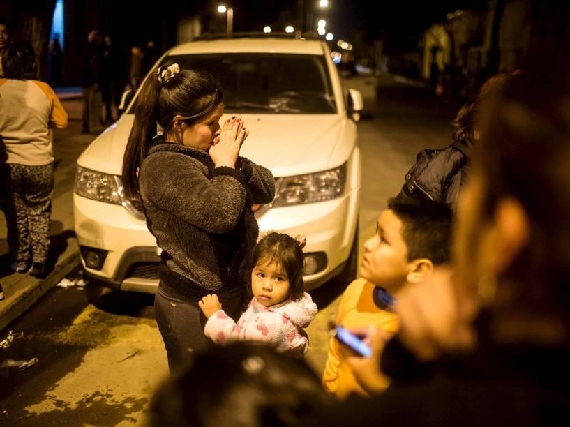 Pessoas saem às ruas, em Santiago, depois do terremoto que atingiu a zona central do Chile - 16/09/2015