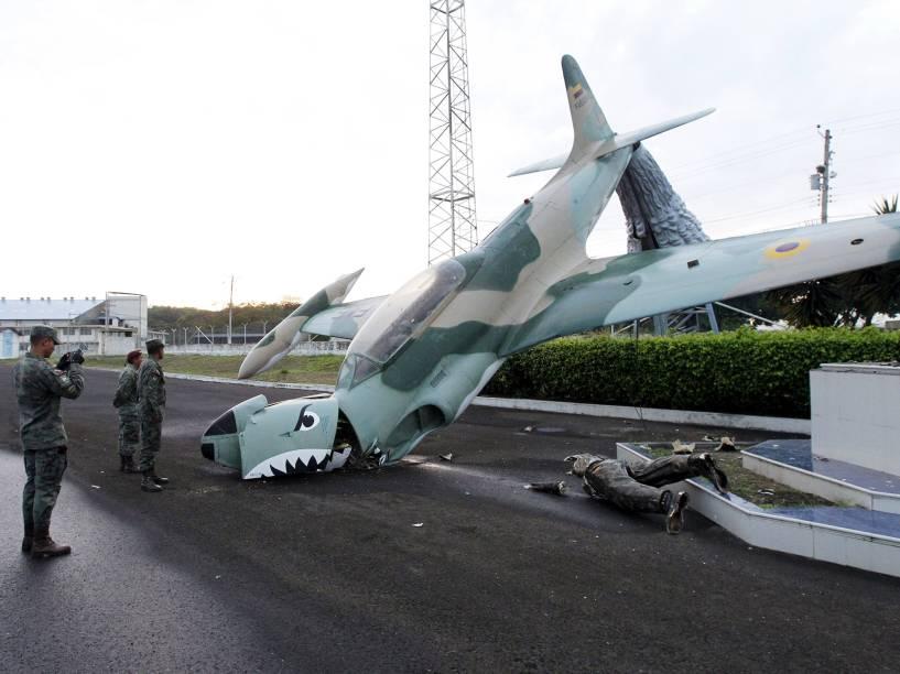 Militares observam escultura danificada, no Aeroporto Eloy Alfaro, após o forte terremoto que atingiu o Equador - 17/04/2016
