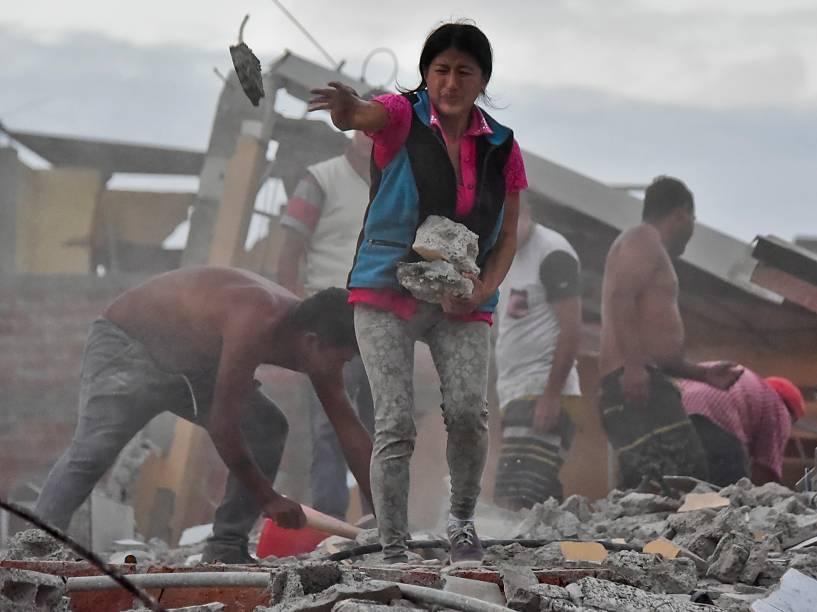 Mulher remove escombros em busca de seu marido no bairro Tarqui em Manta, Equador um dia depois de um forte terremoto atingiu o país - 17/04/2016