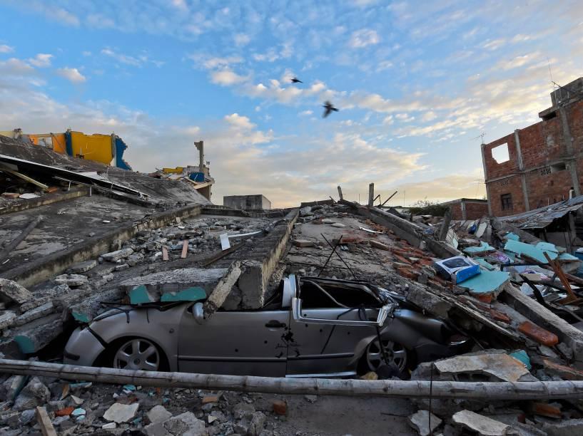 Carro fica completamente destruído e coberto de escombros na cidade de Manta, no Equador um dia depois do terremoto de 7,8 graus na escala Richter atingiu o país - 17/04/2016