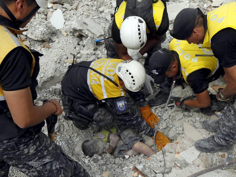 Policiais retiram o corpo de uma vítima na cidade de Manta após forte terremoto que atingiu a costa do Pacífico do Equador - 17/04/2016