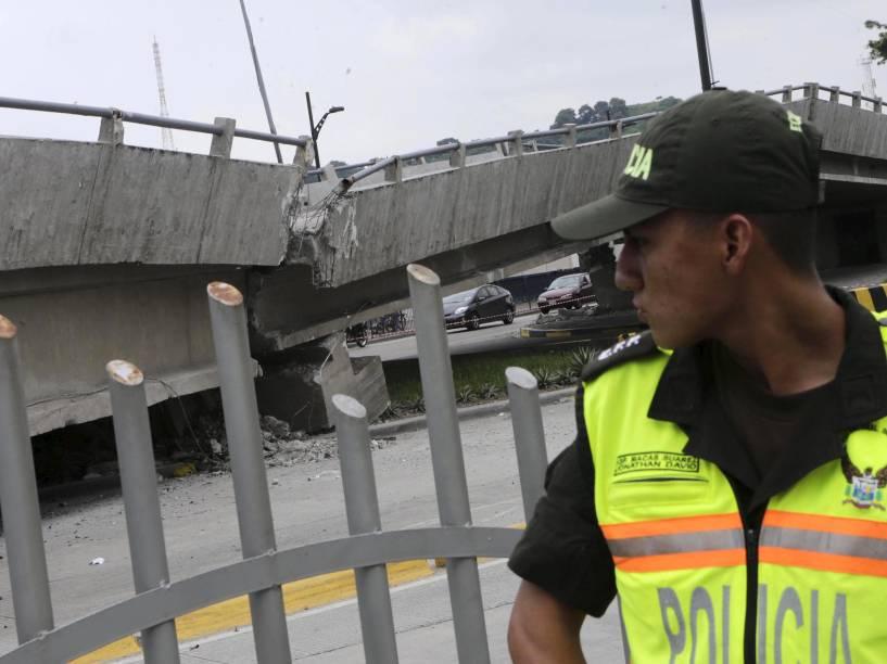 Policial faz a segurança de uma ponte que desmoronou após o terremoto atingiu a costa do Pacífico, em Guayaquil, no Equador - 17/04/2016