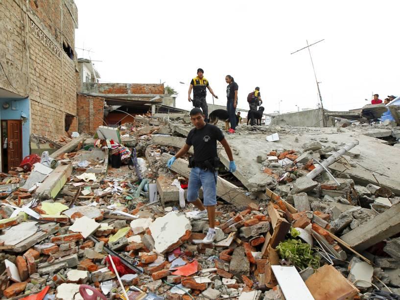Policiais andam sobre os escombros de um prédio, na cidade de Manta, no Equador, após forte terremoto atingir o país - 17/04/2016