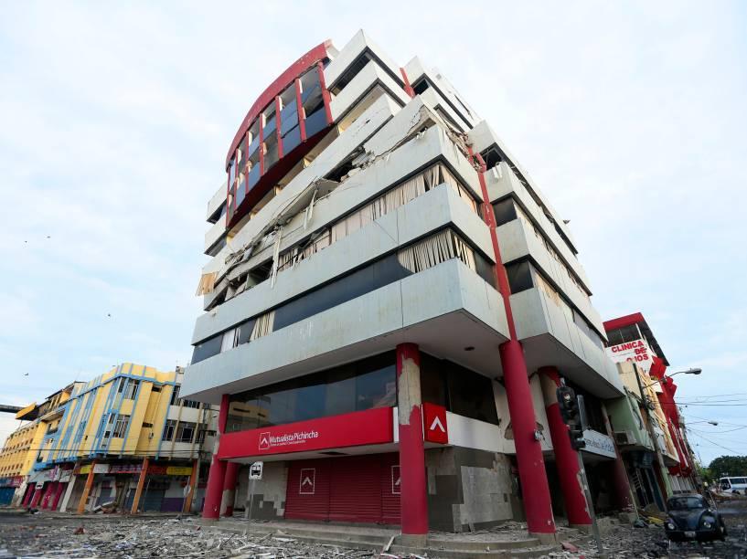 Prédio é danificado após o forte terremoto que atingiu o Equador - 17/04/2016