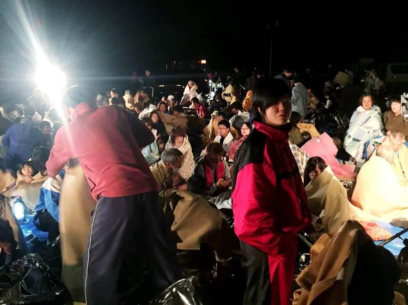 Moradores se reúnem em frente à Câmara Municipal após terremoto atingir Kumamoto, no Japão - 14/04/2016