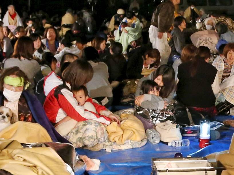 Moradores evacuados de prédio se reúnem após um terremoto atingir a cidade de Kumamoto, sudoeste do Japão - 14/04/2016