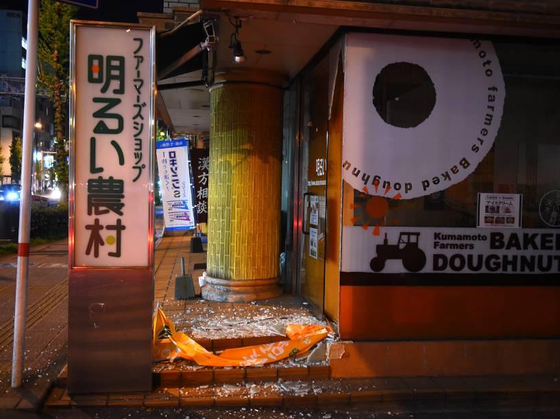 Loja fica com a porta de vidro quebrada após forte tremor que atingiu a cidade de Kumamoto, sudoeste do Japão - 14/04/2016