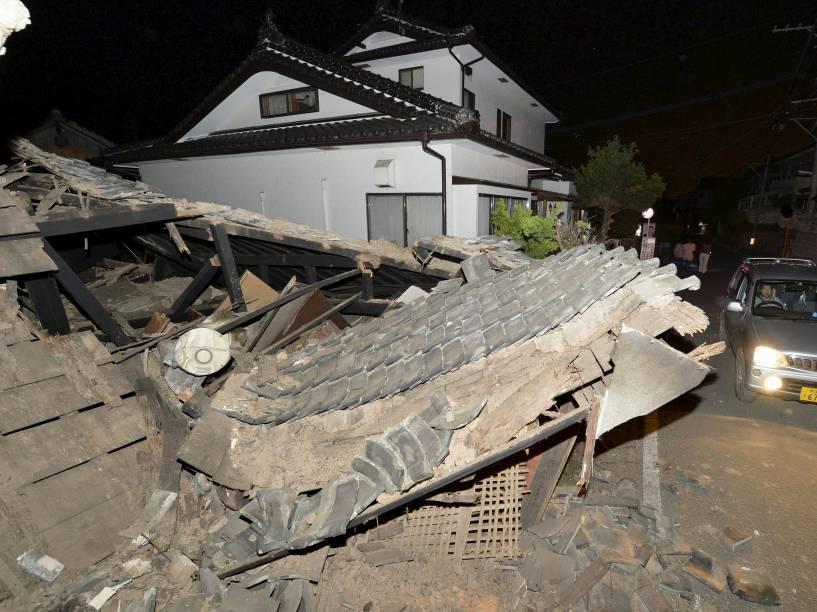 Casa fica destruída na cidade de Kumamoto após terremoto no sudoeste do Japão - 14/04/2016