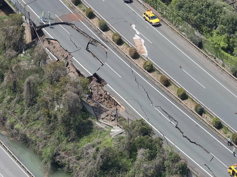 Foto aérea mostra a estrada de Kyushu rachada ao meio, após terremoto de 6,4 graus na escala Richter atingir a cidade de Kumamoto, no Japão - 15/04/2016
