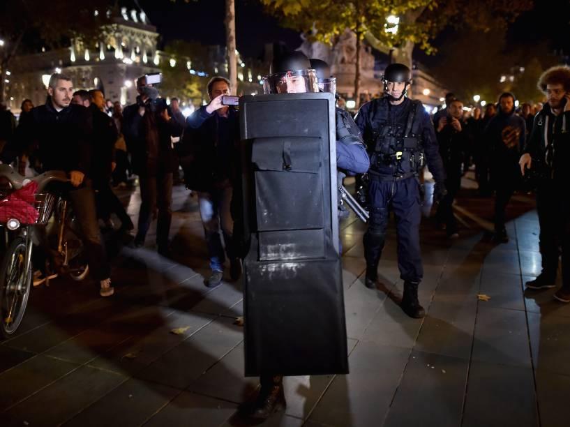 Policiais armados se posicionam na Place de la Republique no centro de Paris - 15/11/2015
