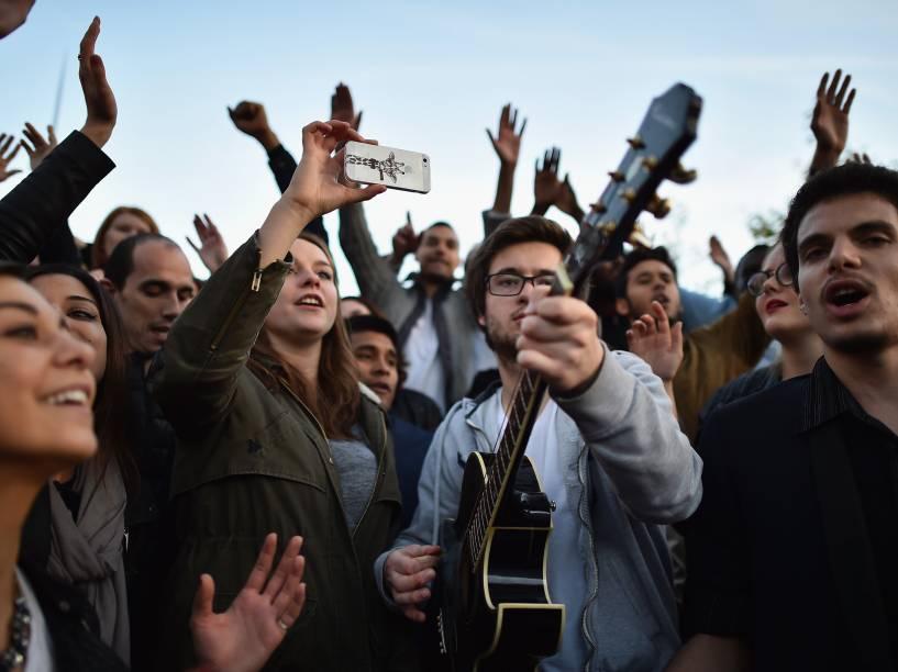 Pessoas se reúnem e cantam em homenagem às vítimas dos atentados terroristas da última sexta-feira (13) na Place de la Republique, em Paris, França - 15/11/2015