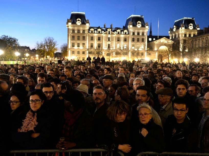 Centenas de pessoas se reúnem em frente à catedral de Notre Dame em Paris, durante missa em homenagem às vítimas dos ataques terroristas da última sexta-feira (13) - 15/11/2015