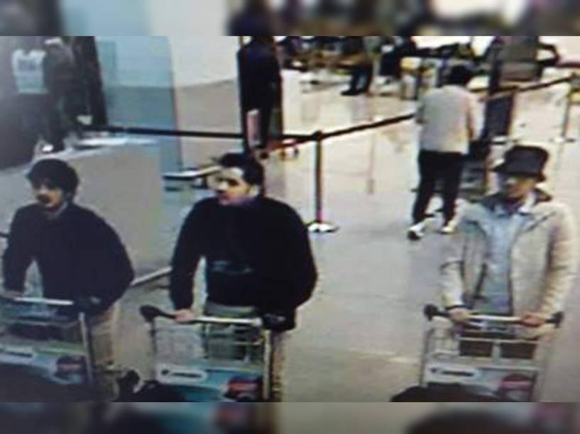Imagem de uma câmera de segurança mostra os suspeitos do ataque terrorista ao aeroporto de Zaventem, na Bélgica - 22/03/2016