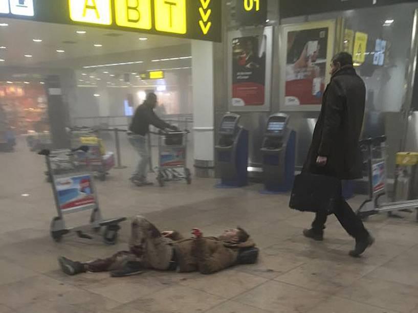 Homem fica ferido no chão após atentado a bomba no aeroporto de Zaventem, perto de Bruxelas, na Bélgica - 22/03/2016