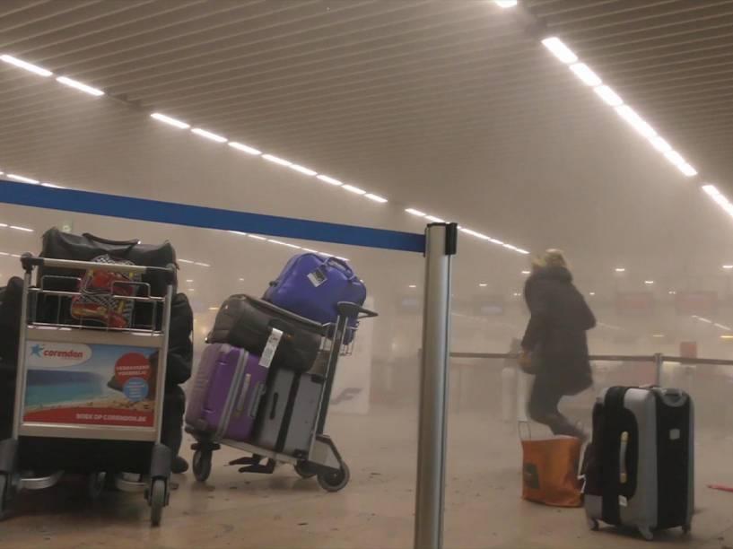 Pessoas deixam o aeroporto de Zaventem, perto de Bruxelas, na Bélgica após atentado com bombas no local - 22/03/2016