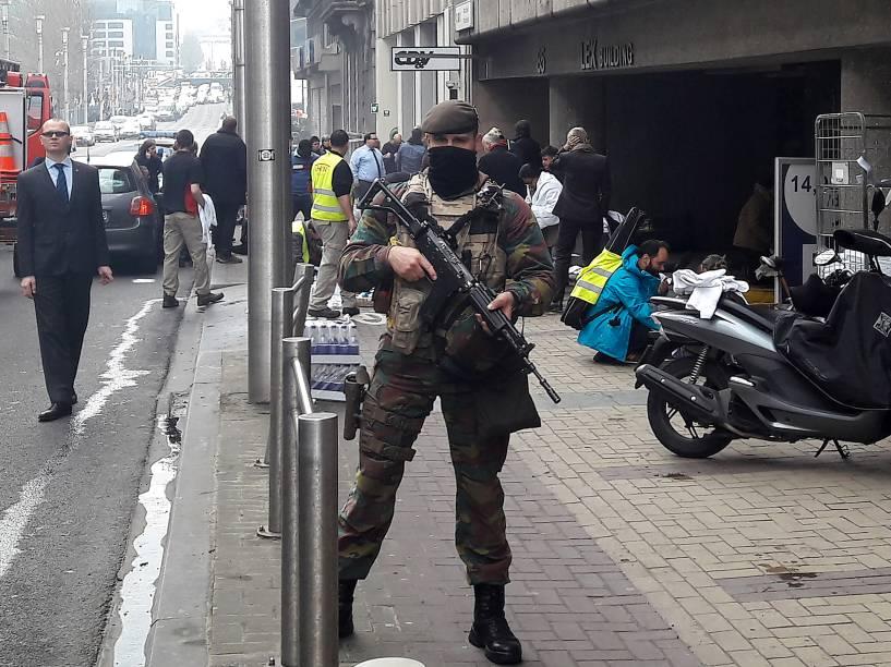 Soldado belga fica de guarda do lado de fora da estação de metrô Maelbeek em Bruxelas, alvo de atentados terroristas nesta terça-feira - 22/03/2016