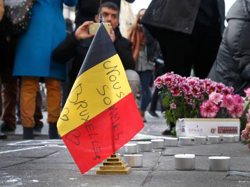 Pessoas prestam homenagens às vítimas das explosões na manhã desta terça-feira (22), em Bruxelas, na Bélgica