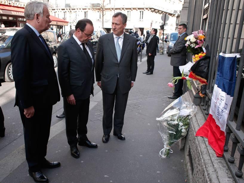 O presidente da França, François Hollande, presta homenagem às vítimas das explosões na manhã desta terça-feira (22), em Bruxelas, na Bélgica