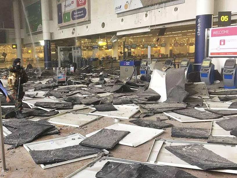 Aeroporto de Zaventem fica destruído após os atentados na capital da Bélgica, Bruxelas, na manhã desta terça-feira (22). O grupo Estado Islâmico assumiu a autoria do ataque