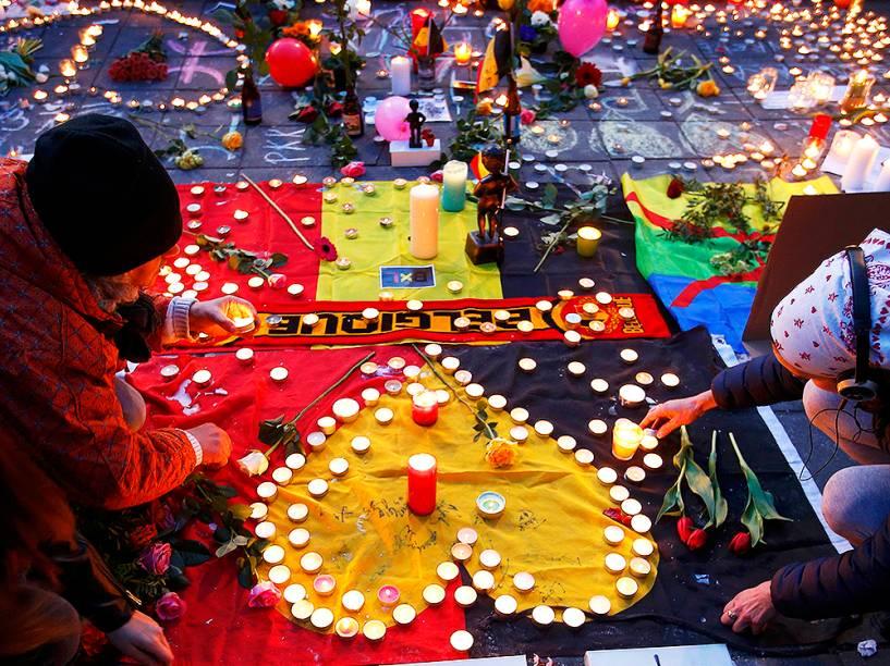 Belgas prestam homenagens às vítimas dos atentados, próximo ao local dos ataques, na capital Bruxelas, na manhã desta terça-feira (22)