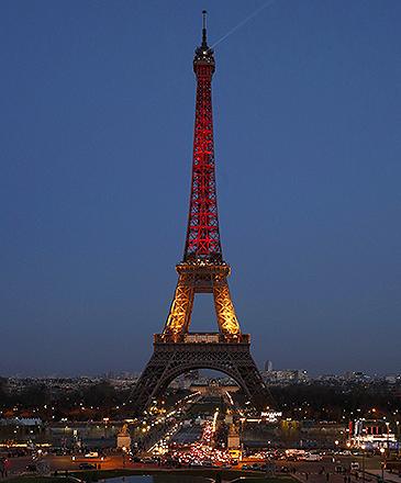 Torre Eiffel, é iluminada com as cores da bandeira belga, em tributo às vítimas dos atentados em Bruxelas, nesta terça-feira (22)