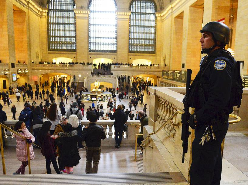Policial americano faz segurança da Grand Central Station, estação de trem na ilha de Manhattan, em Nova York, logo após os atentados de Bruxelas, na Bélgica, executados pelo grupo terrorista Estado Islâmico, deixarem dezenas de vítimas, na manhã desta terça-feira (22)