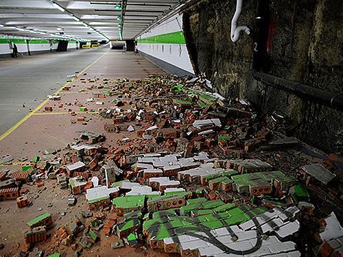 Parte da parede de um estacionamento desabou, devido ao impacto da explosão na estação de metrô Maelbeek, durante os atentados na Bélgica, nesta terça-feira (22)