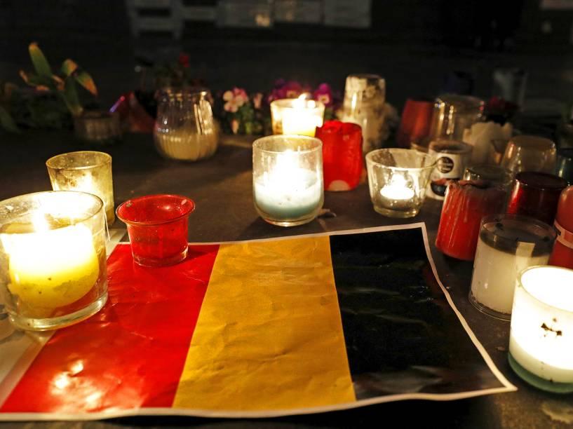 Velas são acesas em volta da bandeira belga, na Place de la Republique, praça situada em Paris, na França, em homenagem às vítimas dos atentados em Bruxelas, que deixou dezenas de mortos, nesta terça-feira (22)