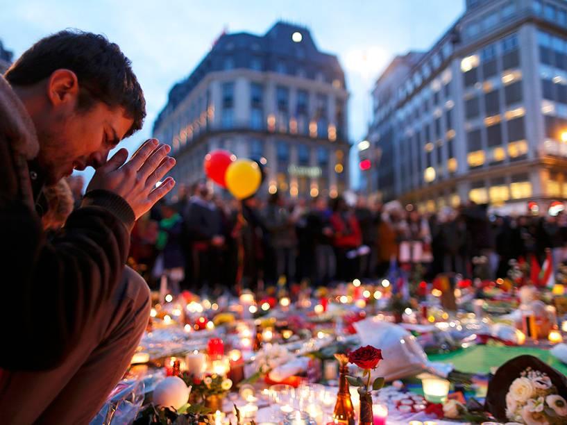 Homem em memorial dedicado às vítimas dos atentados em Bruxelas, na Bélgica, nesta quarta-feira (23)