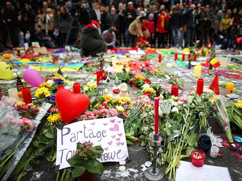 Belgas fazem um minuto de silêncio, em memorial dedicado às vítimas dos atentados em Bruxelas, nesta quarta-feira (23)