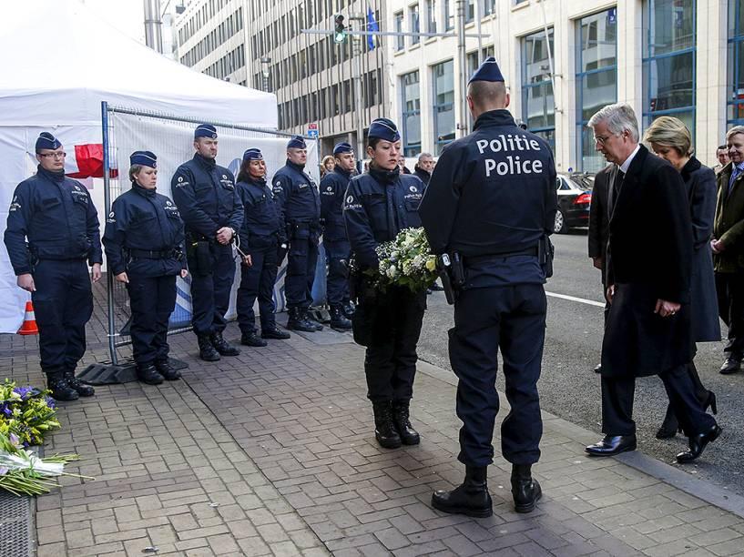 O rei belga Philippe e a rainha Mathilde, em cerimônia realizada nesta quarta-feira (23), próxima à estação de metrô Maalbeek, um dos alvos dos atentados em Bruxelas